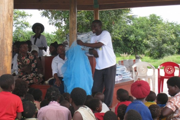 アフリカで蚊帳配布